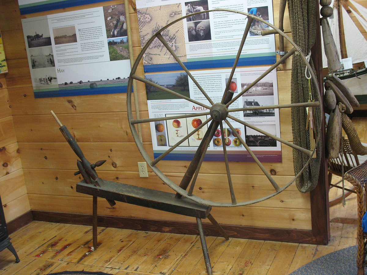 Base and spinning wheel head for a 'walking' or 'great' spinning wheel